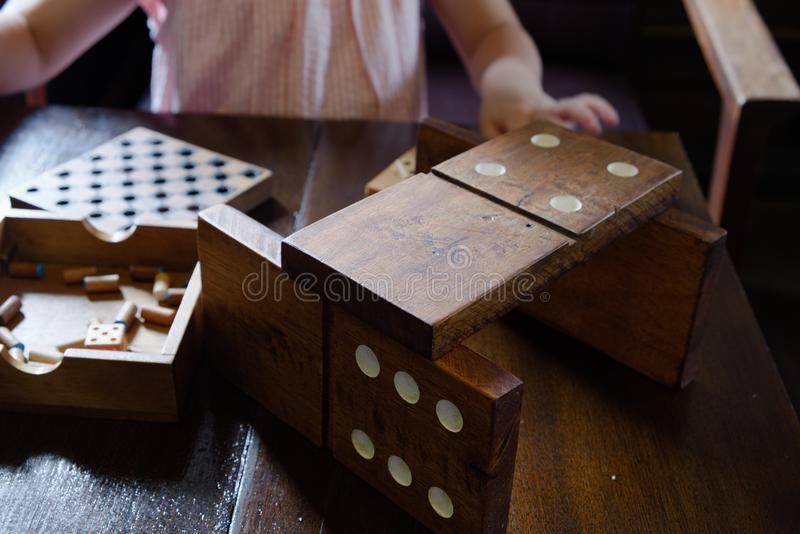 Jiant domina na drewnianym stole obrazy royalty free