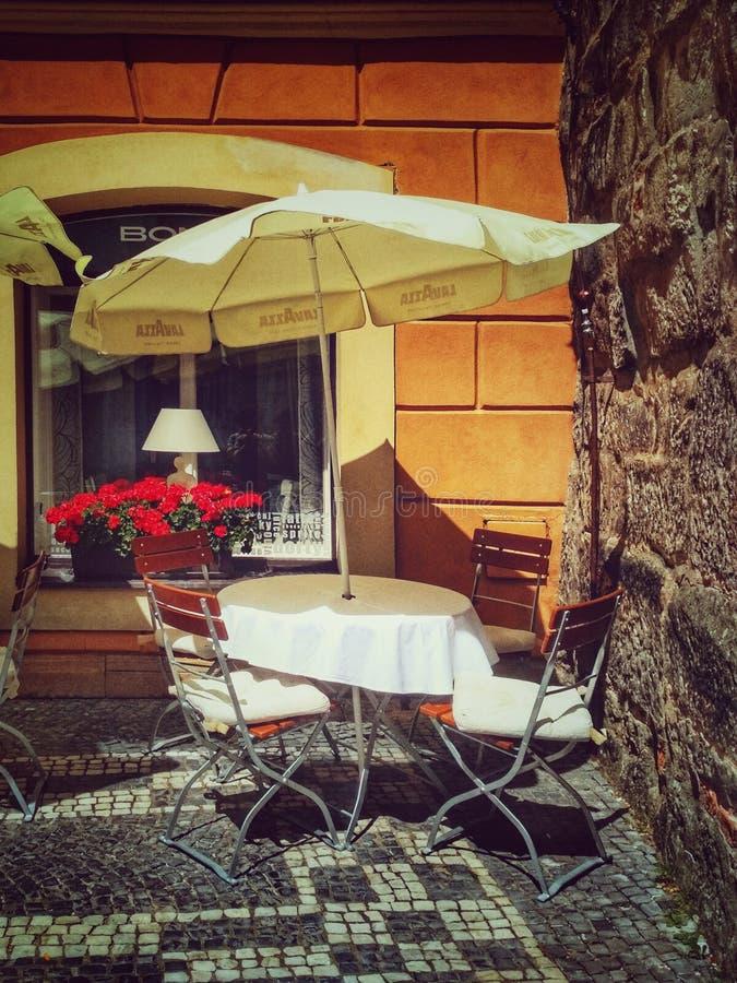 Jicin, República Checa - 5 de agosto de 2018: café del verano - una tabla debajo de un paraguas foto de archivo