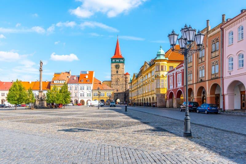 JICIN, republika czech - WRZESIEŃ 28, 2018: Kolorowi renaissance domy i Valdice brama przy Wallenstein Obciosują w Jicin fotografia stock
