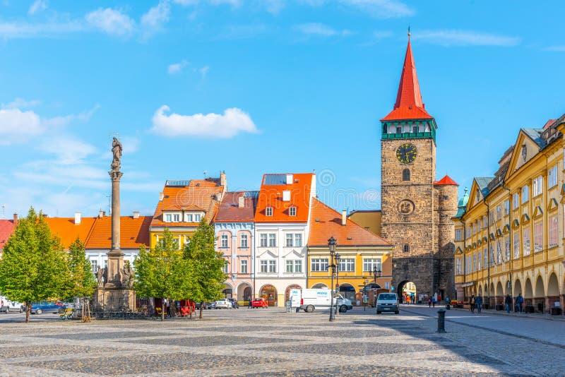 JICIN, republika czech - WRZESIEŃ 28, 2018: Kolorowi renaissance domy i Valdice brama przy Wallenstein Obciosują w Jicin zdjęcia royalty free