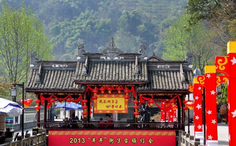 Jie Zi, Kina: Doldt överbrygga över kanalen royaltyfria foton