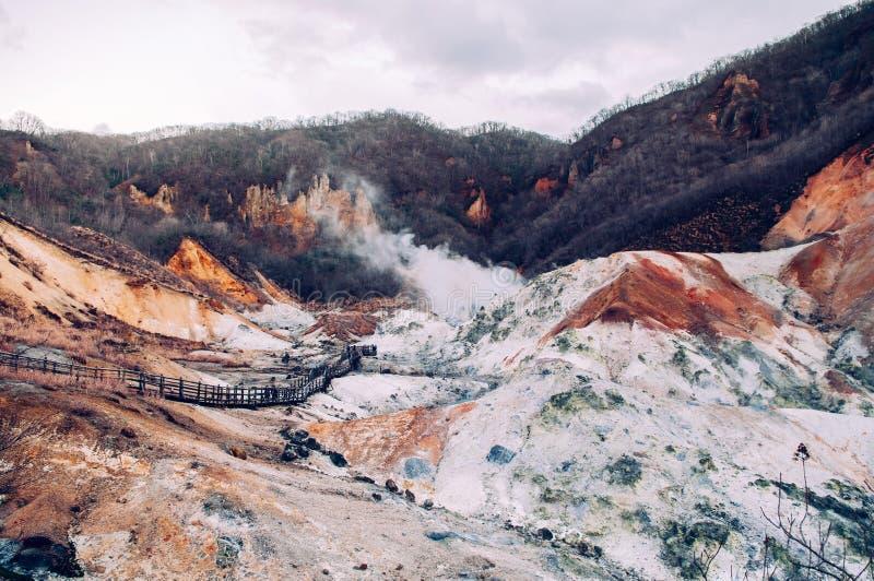 Jigokudani lub ` piekła ` aktywnego wulkanu Dolinny geotermiczny krater w Noboribetsu, hokkaido, Japonia fotografia stock