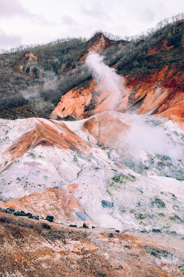 Jigokudani lub ` piekła ` aktywnego wulkanu Dolinny geotermiczny krater w Noboribetsu, hokkaido, Japonia obrazy stock