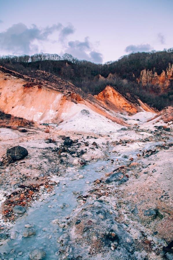 Jigokudani lub ` piekła ` aktywnego wulkanu Dolinny geotermiczny krater w Noboribetsu, hokkaido, Japonia obraz royalty free