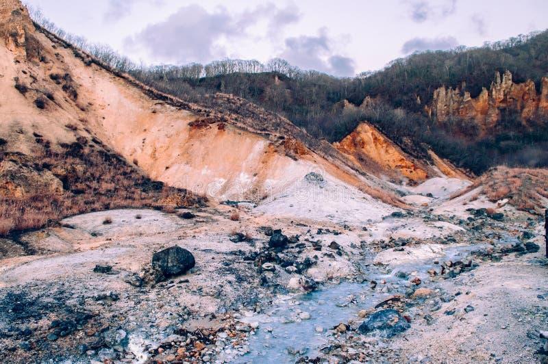 Jigokudani lub ` piekła ` aktywnego wulkanu Dolinny geotermiczny krater w Noboribetsu, hokkaido, Japonia zdjęcie stock