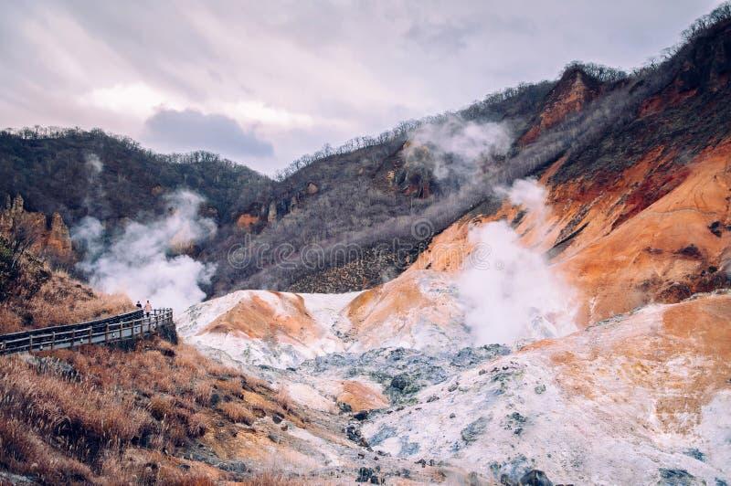 Jigokudani, o cratere geotermico del vulcano attivo del ` della valle dell'inferno del ` in Noboribetsu, Hokkaido, Giappone immagini stock