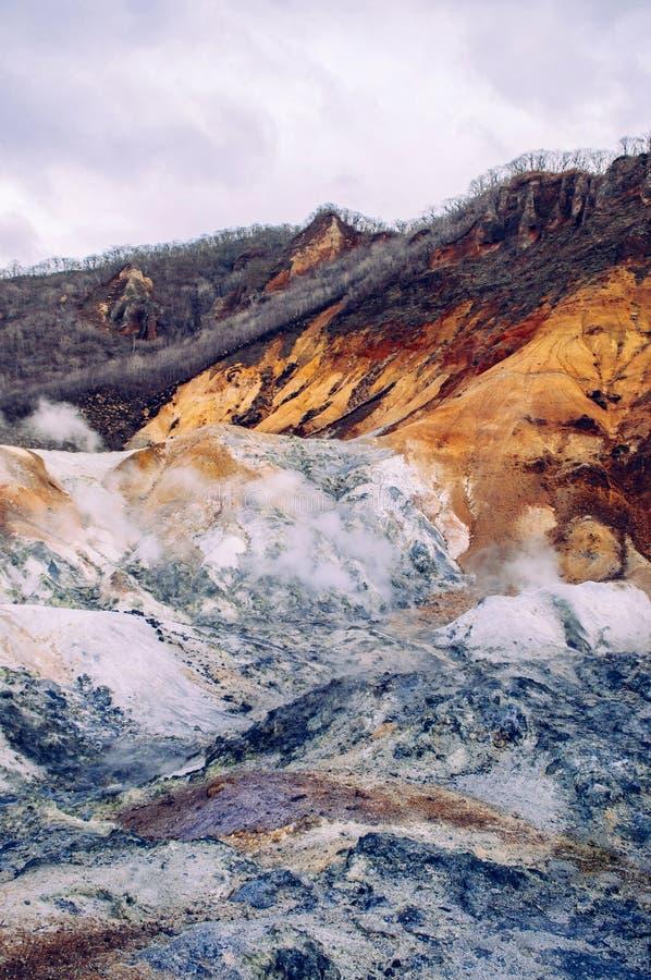 Jigokudani, o cratere geotermico del vulcano attivo del ` della valle dell'inferno del ` in Noboribetsu, Hokkaido, Giappone immagini stock libere da diritti