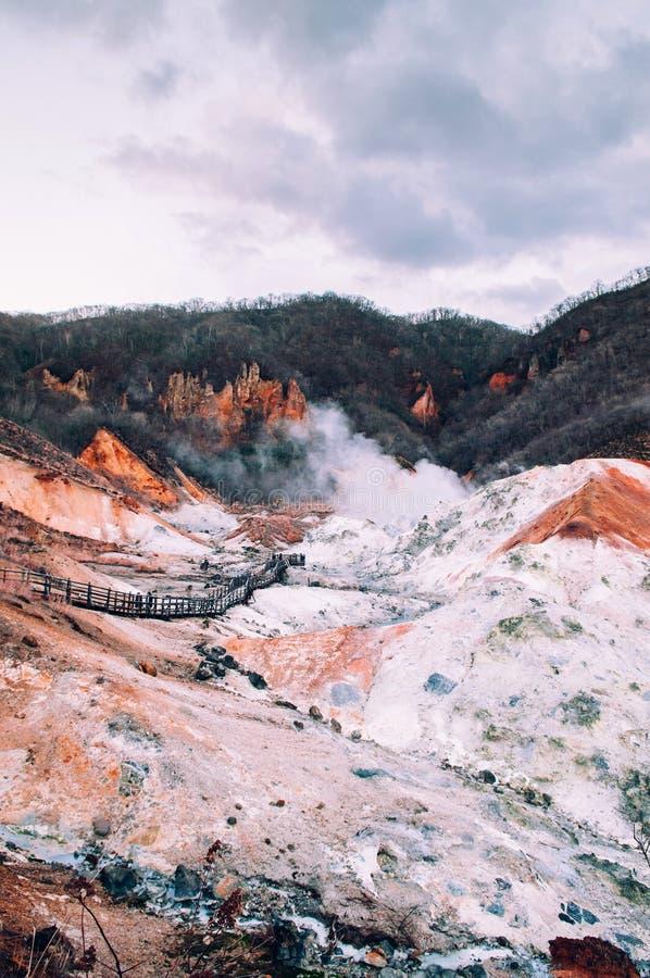 Jigokudani, o cratere geotermico del vulcano attivo del ` della valle dell'inferno del ` in Noboribetsu, Hokkaido, Giappone fotografia stock libera da diritti