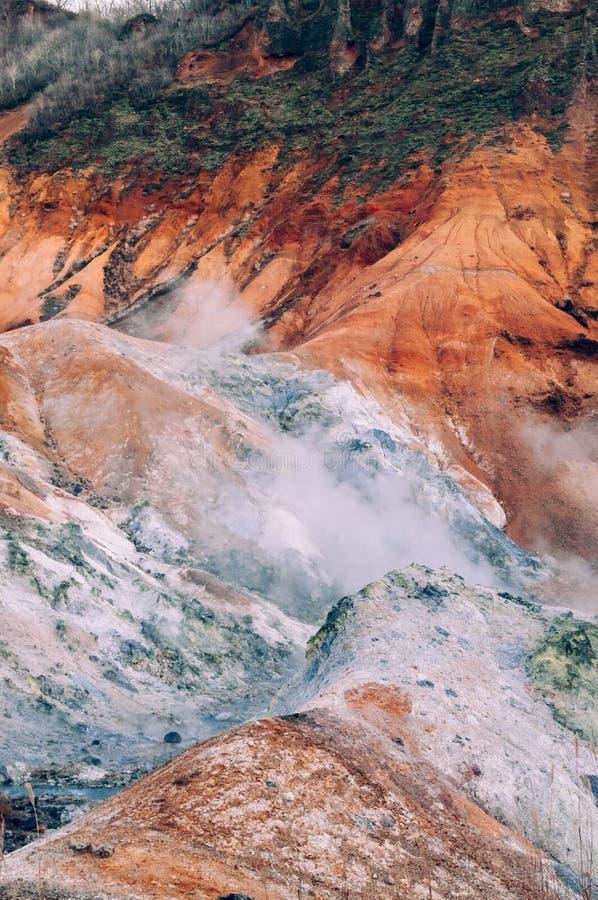 Jigokudani, o cratere geotermico del vulcano attivo del ` della valle dell'inferno del ` in Noboribetsu, Hokkaido, Giappone immagine stock