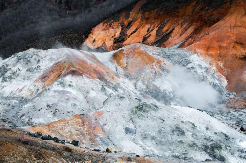 Jigokudani o cratere geotermico del vulcano della valle dell'inferno in Noboribet fotografie stock