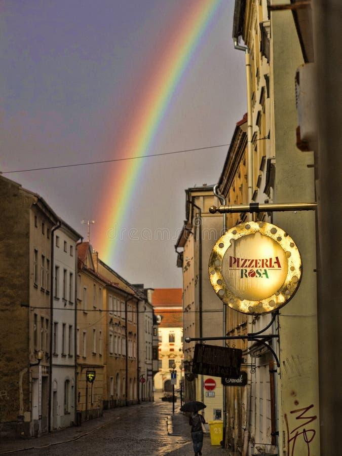 JIHLAVA TJECKIEN APRIL 5 2018: regnbåge över staden, April 5 2018 Jihlava, Tjeckien royaltyfria foton