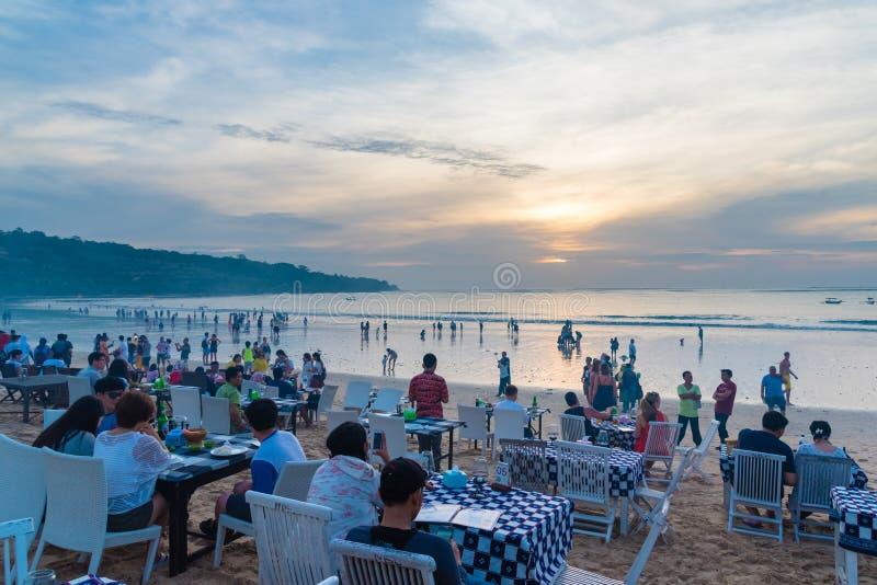 Jimbaran的海鲜餐馆在巴厘岛,印度尼西亚靠岸 免版税库存图片