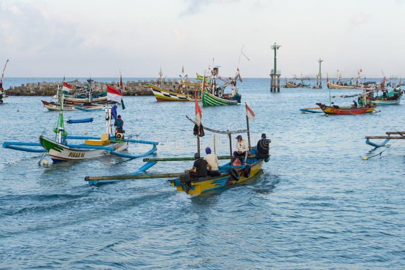 JIMBARAN/BALI- 15 DE MAIO DE 2019: Alguns barcos tradicionais do Balinese estão pescando em torno do mar do ‹Jimbaran do †do ‹d fotografia de stock royalty free