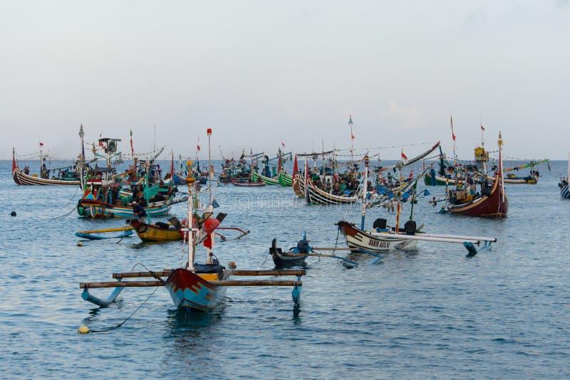JIMBARAN/BALI- 15 DE MAIO DE 2019: Alguns barcos tradicionais do Balinese estão pescando em torno do mar do ‹Jimbaran do †do ‹d fotos de stock royalty free