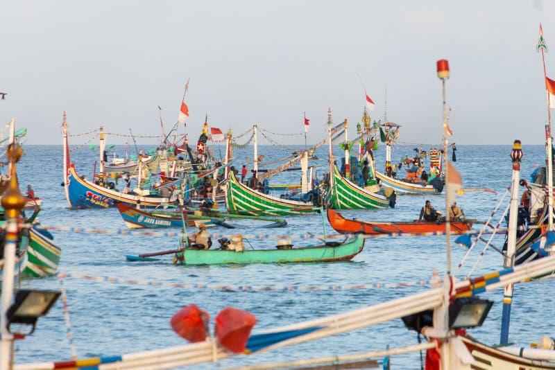 JIMBARAN/BALI- 15 DE MAIO DE 2019: Alguns barcos tradicionais do Balinese estão pescando em torno do mar do ‹Jimbaran do †do ‹d fotografia de stock