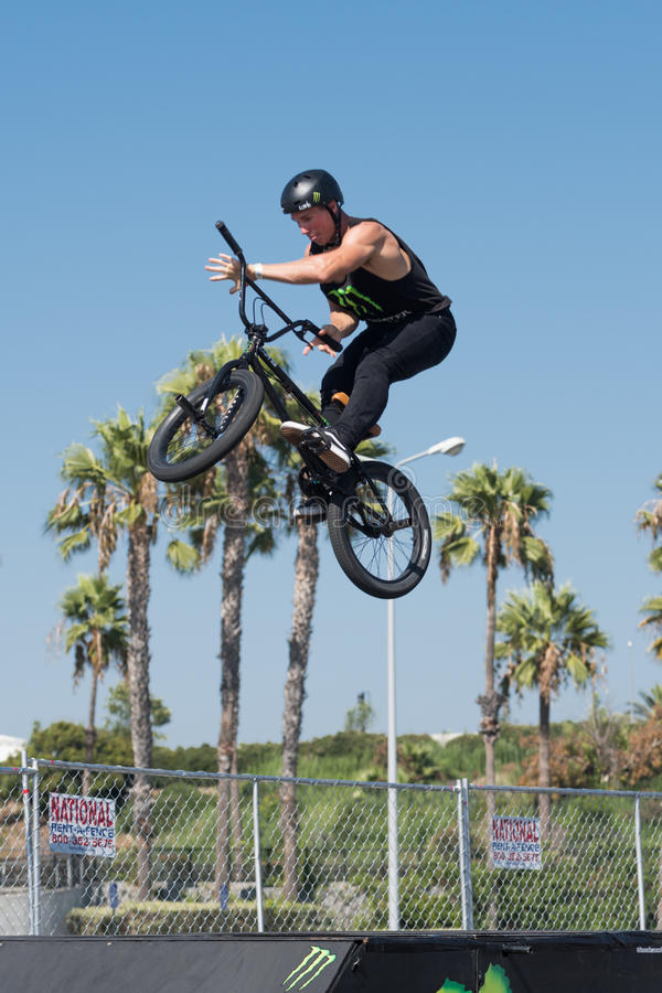 Jinete de BMX que hace que una bici salta durante DUB Show Tour imágenes de archivo libres de regalías