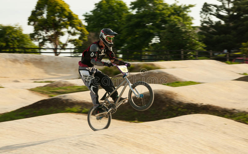 Jinete de BMX wheely fotos de archivo libres de regalías
