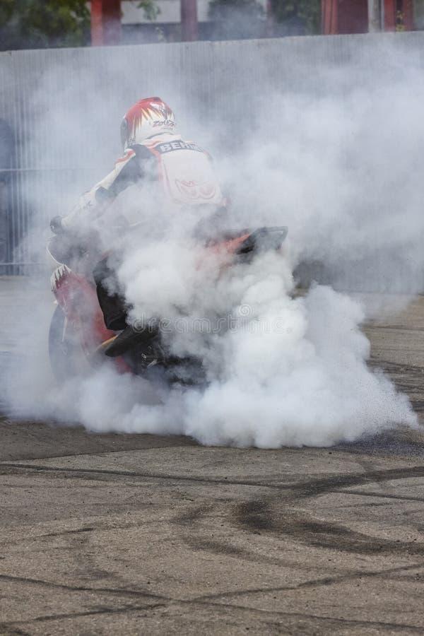 Jinete de la motocicleta que realiza una quemadura imagen de archivo