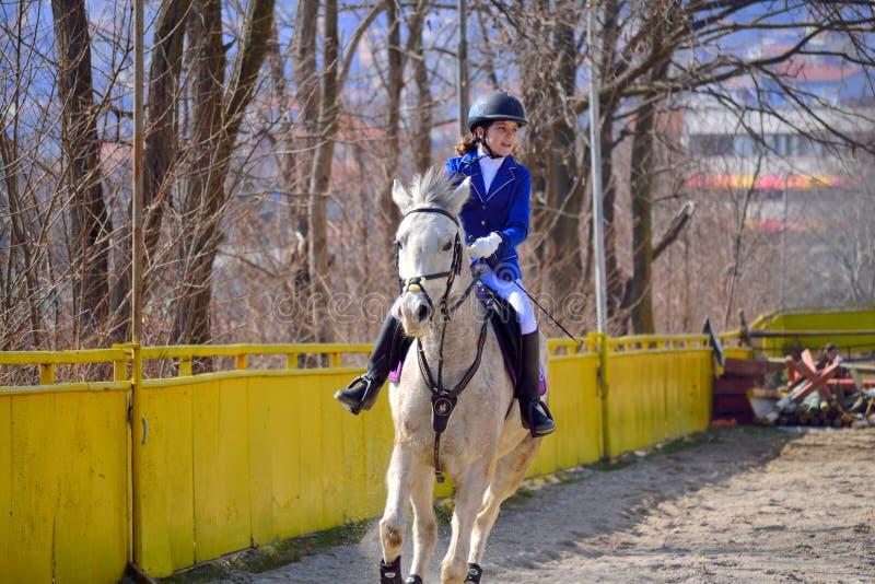 Jinete de lomo de caballo de la niña de la equitación fotos de archivo libres de regalías
