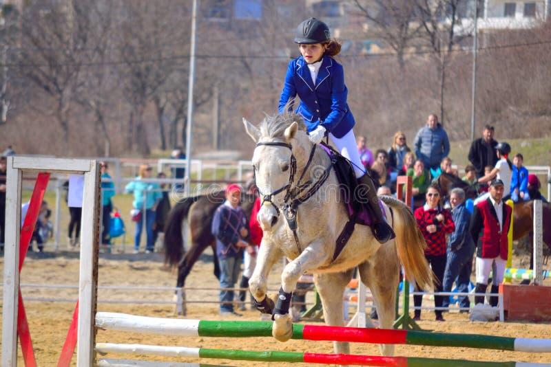 Jinete de lomo de caballo de la niña de la equitación fotografía de archivo libre de regalías