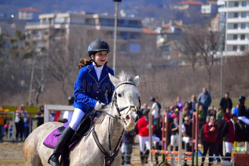 Jinete de lomo de caballo feliz de la niña imagenes de archivo