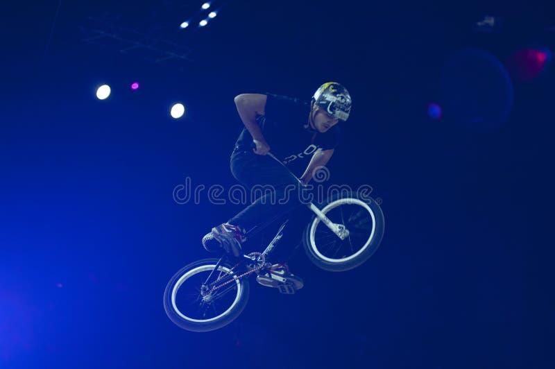 Jinete del ensayo de la bici de montaña fotos de archivo