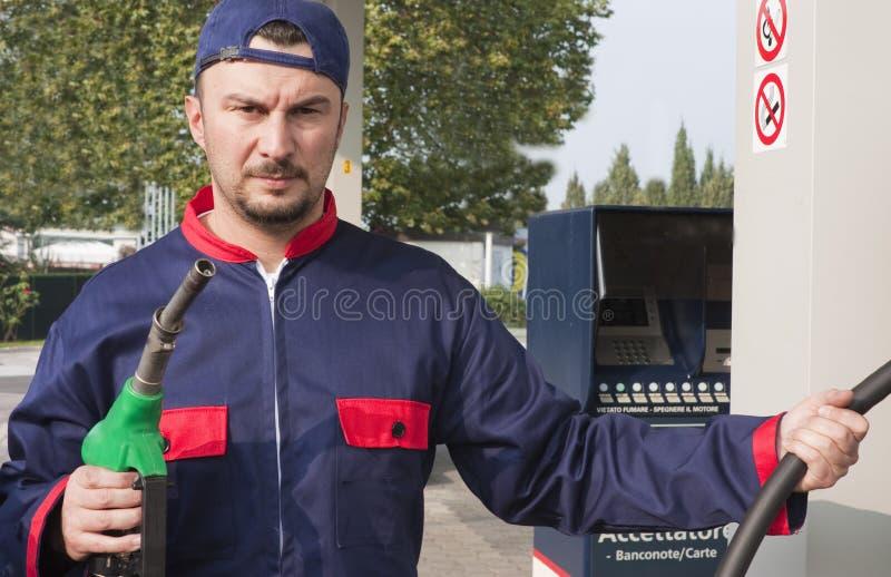 Jinete del gas que rellena el coche fotos de archivo