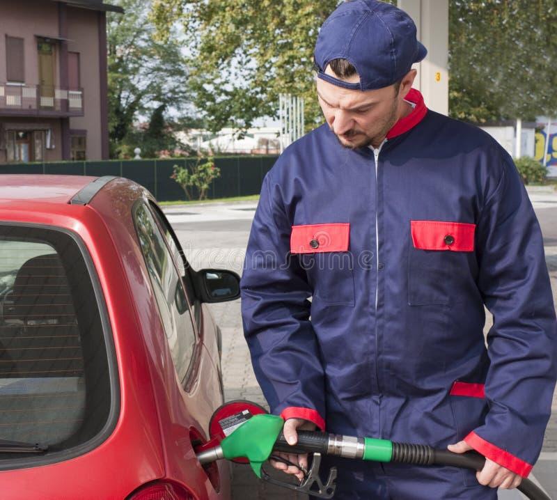 Jinete del gas que rellena el coche imágenes de archivo libres de regalías