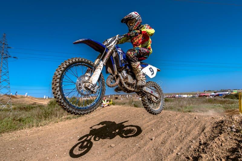 Jinete del motocrós en la raza imagen de archivo