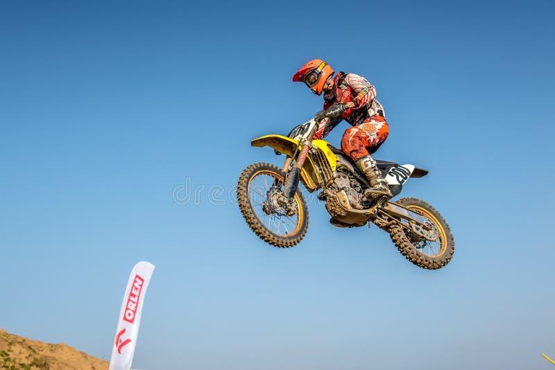 Jinete del motocrós en la raza foto de archivo