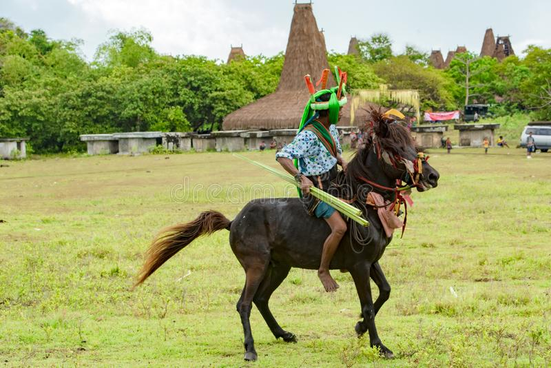 Jinete en caballo con la lanza en el festival de Pasola, Kodi, isla de Sumba, Nusa Tenggara fotos de archivo