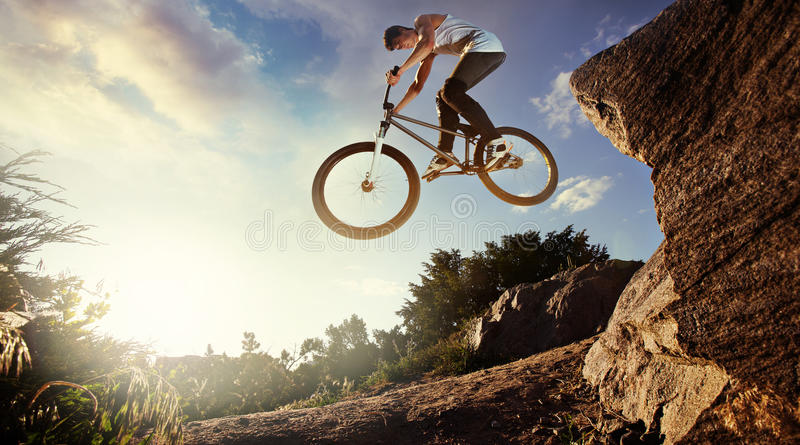 Jinete en declive de la bici de montaña fotografía de archivo libre de regalías