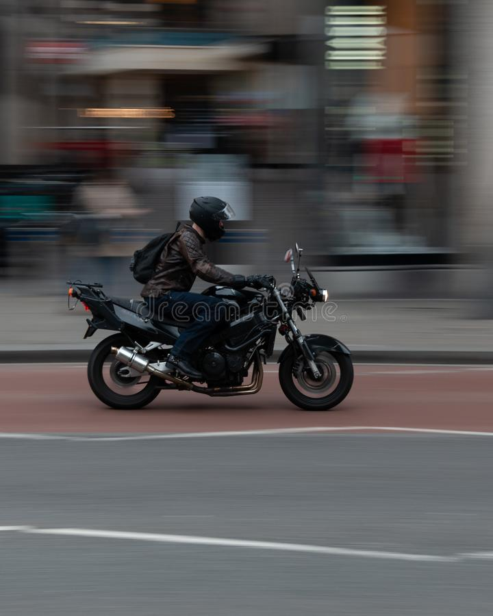 Jinete en una moto imagen de archivo