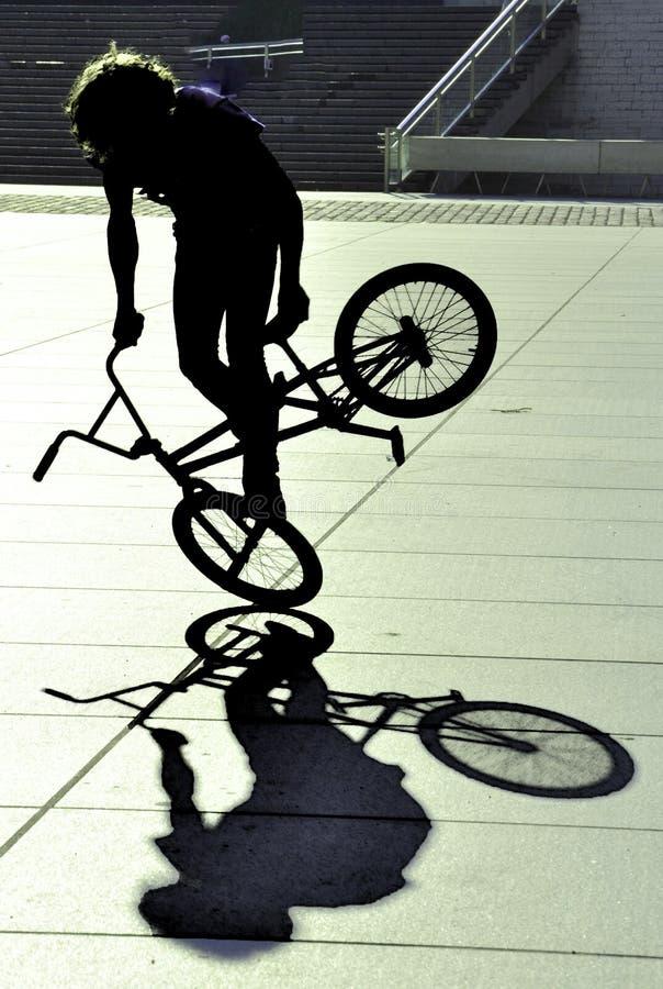 Jinete extremo joven de la bicicleta fotografía de archivo libre de regalías