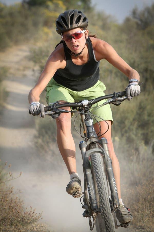 Jinete femenino de la bici de montaña imagenes de archivo