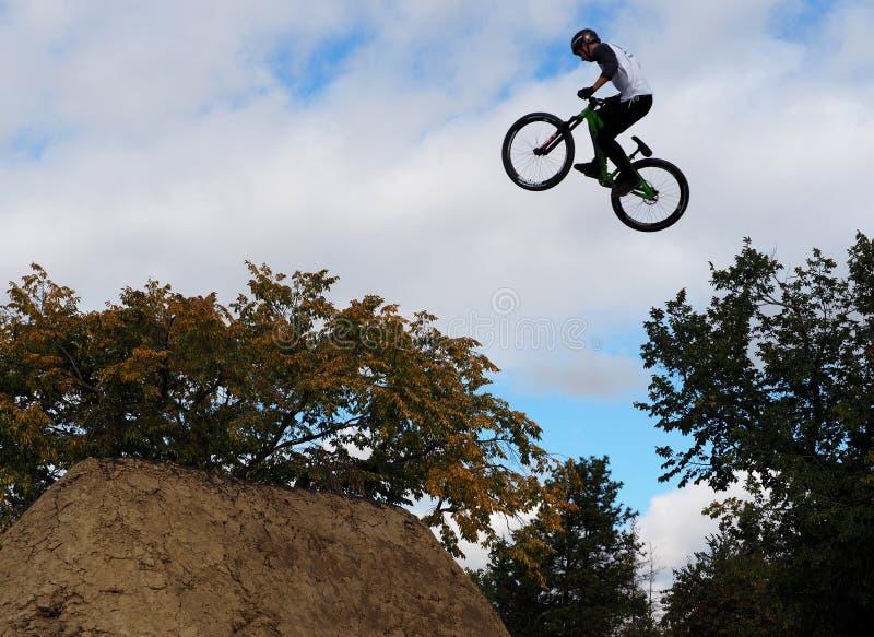 Jinete llevado aire de BMX fotografía de archivo