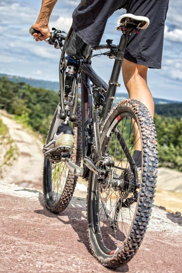 Jinete perjudicado de la bici de montaña antes del paseo en declive imagenes de archivo