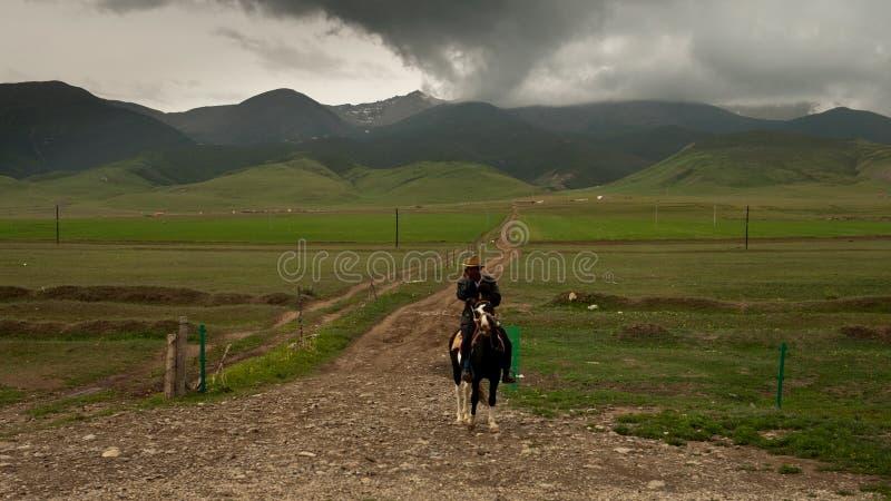 Jinete tibetano solitario foto de archivo