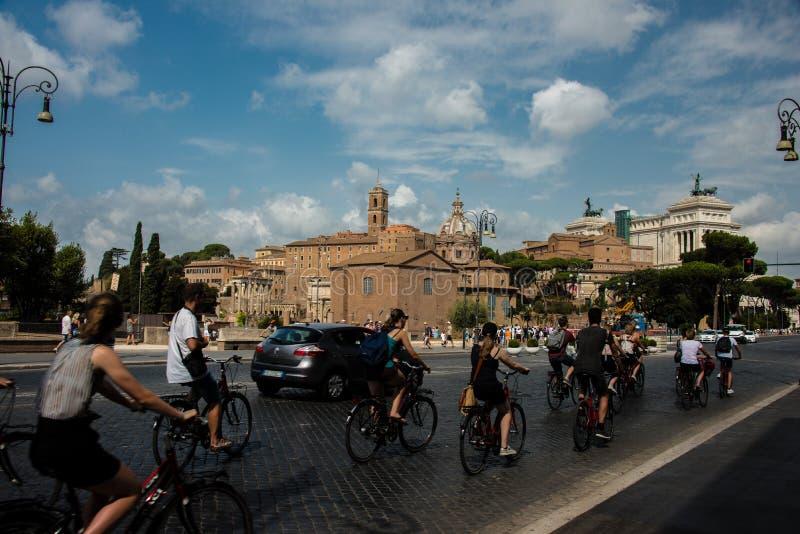 Jinetes de la bicicleta en la ciudad de Roma fotografía de archivo libre de regalías