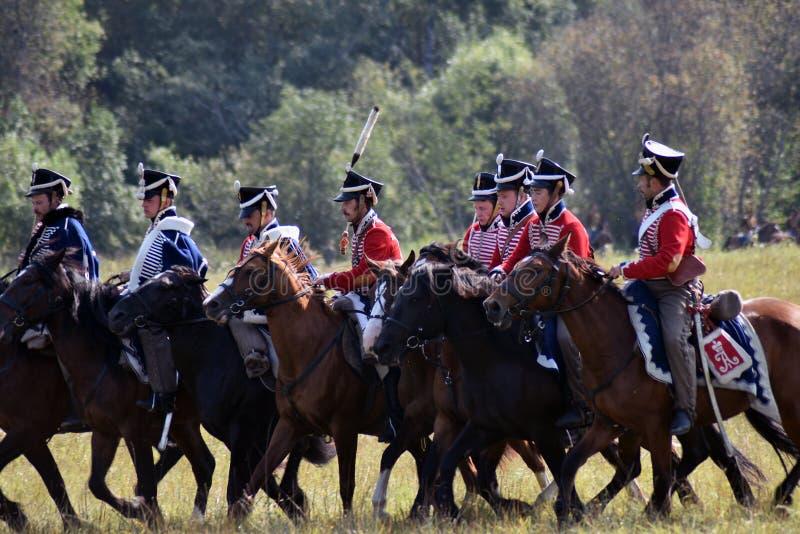 Jinetes del caballo de Reenactors en la reconstrucción histórica de la batalla de Borodino en Rusia foto de archivo libre de regalías