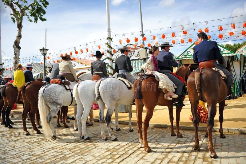 Jinetes en el caballo en la Sevilla justa, banquete en España fotografía de archivo