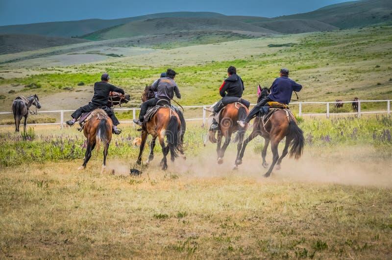 Jinetes en Kirguistán imagen de archivo