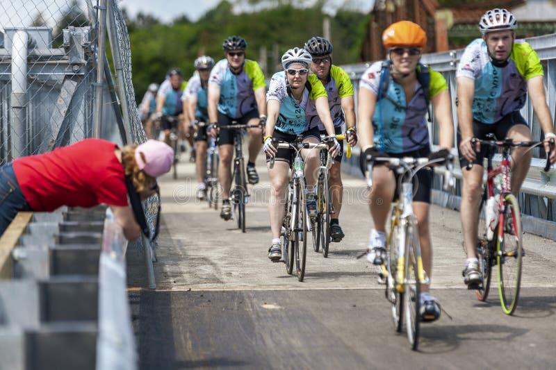 Jinetes que cruzan el puente temporal sobre el río de Taunton durante fotografía de archivo libre de regalías