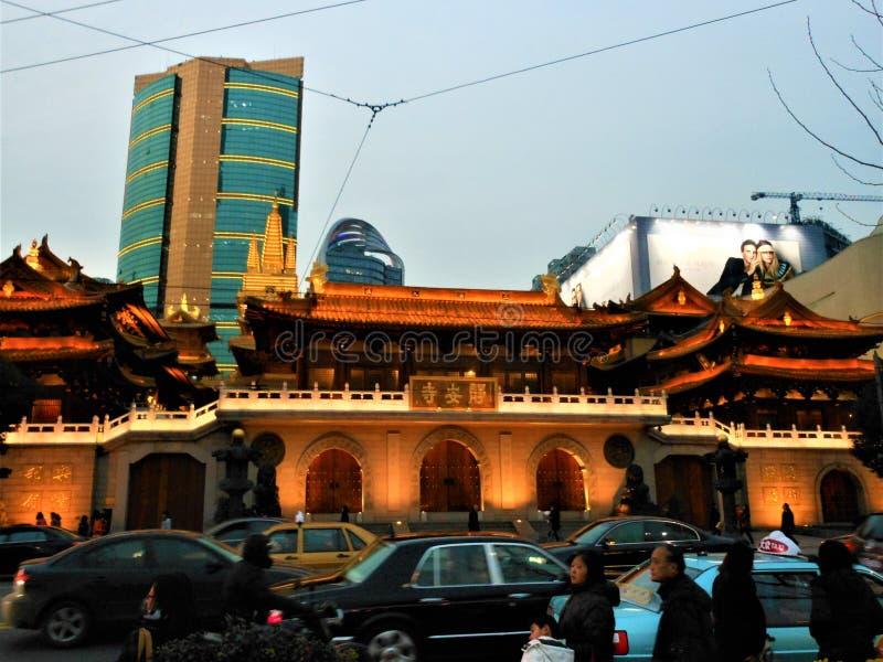 Jing świątynia w Szanghaj mieście, Chiny Światło, luksus, buddyzm i prędkość, obrazy stock