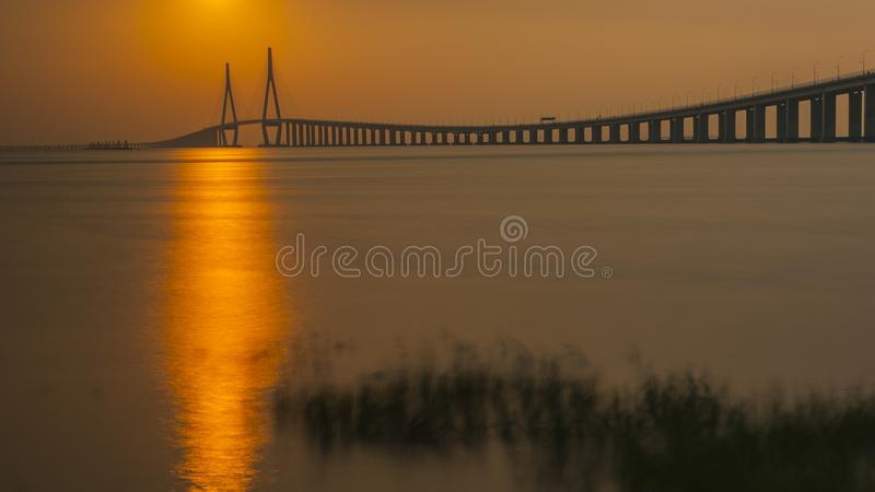 Jintang bro i solnedgången arkivbild