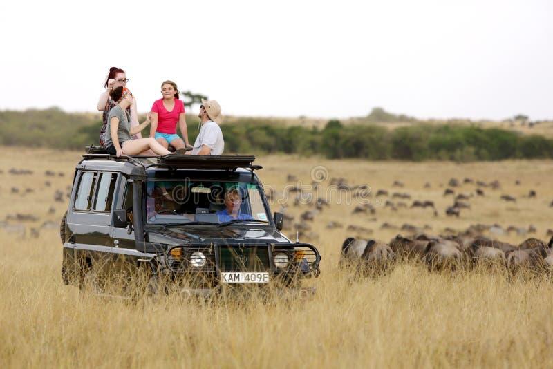 Jipe do safari para a movimentação do jogo no Masai Mara foto de stock