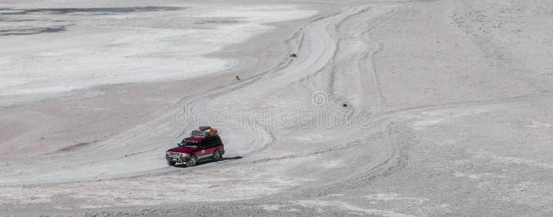 Jipe em uma estrada em Salar de Uyuni, Bolívia foto de stock royalty free