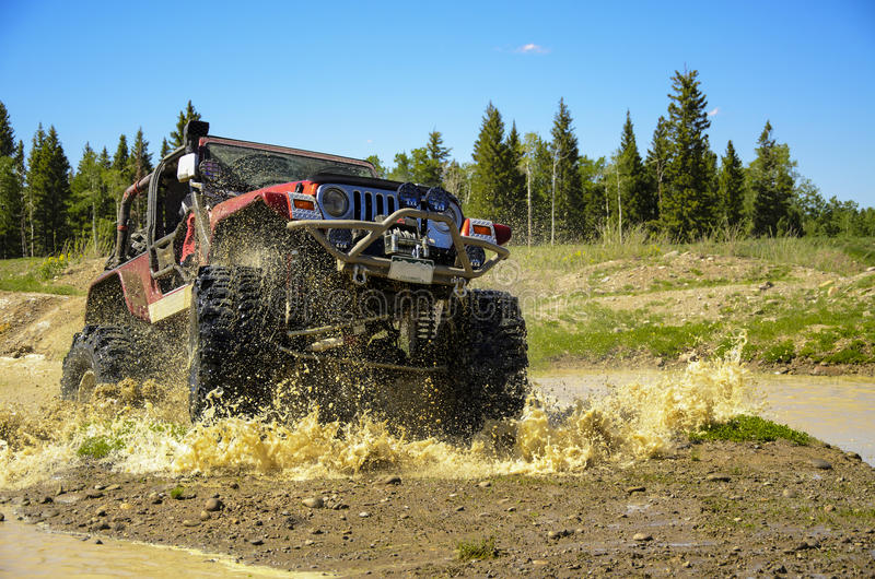 Jipe grande que espirra a lama nas montanhas #2 foto de stock royalty free