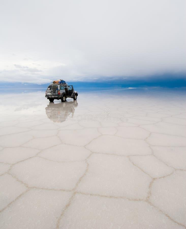 Jipe no lago de sal salar de uyuni imagem de stock royalty free