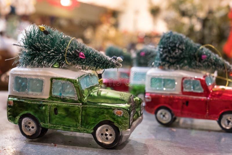 Jipes do brinquedo com as árvores de Natal no telhado, fotografado VV na loja das miudezas de Rouleaux, pista de Marylebone, Lond fotos de stock